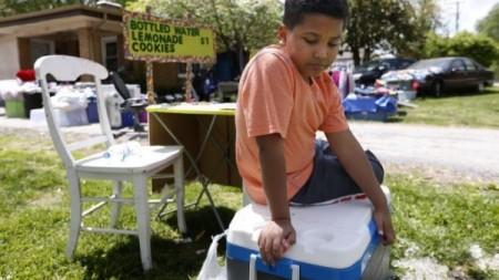 9-letnij-malchik-iz-ssha-prodaet-limonad-chtoby-zarabotat-dengi-na-svoe-usynovlenie-1