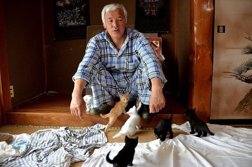 Man-risks-his-life-to-save-animals-left-in-Fukushima-1