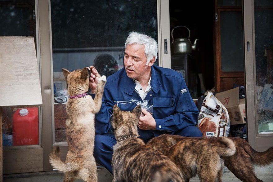 Man-risks-his-life-to-save-animals-left-in-Fukushima-3