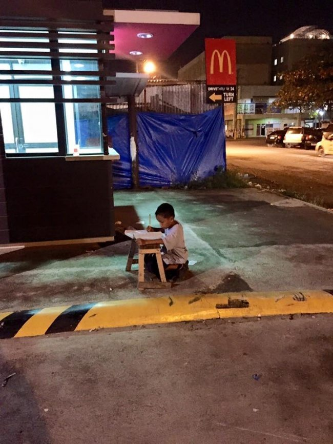 Boy-was-photographed-when-he-was-doing-his-homework-by-the-light-of-mcdonalds-1