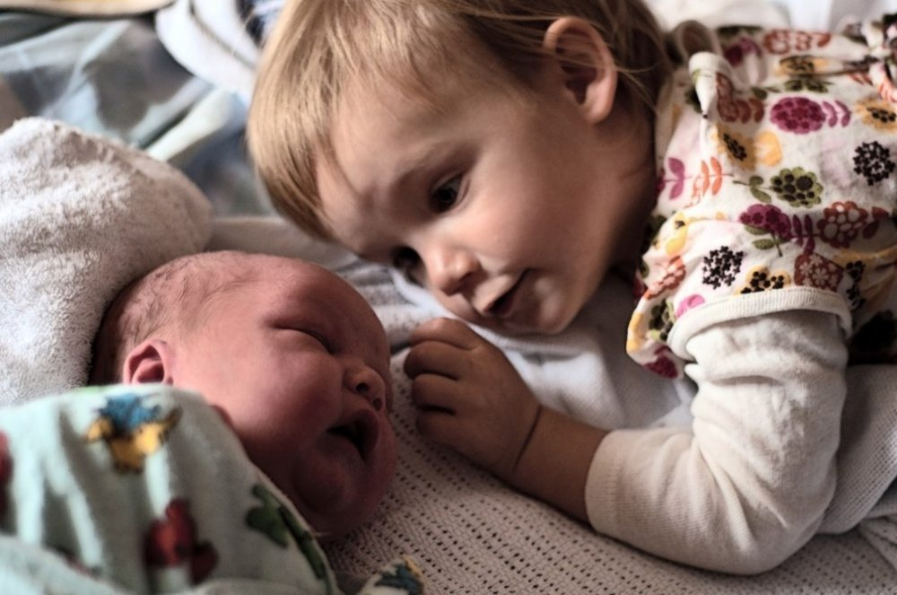 Children-see-their-newborn-siblings-for-the-first-time-18