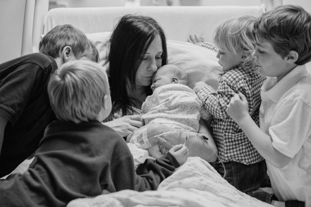Children-see-their-newborn-siblings-for-the-first-time-19
