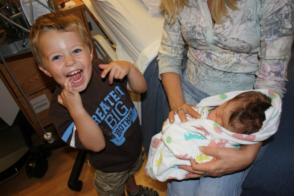Children-see-their-newborn-siblings-for-the-first-time-25