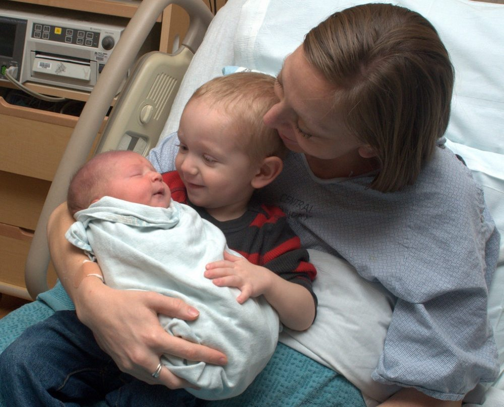 Children-see-their-newborn-siblings-for-the-first-time-4