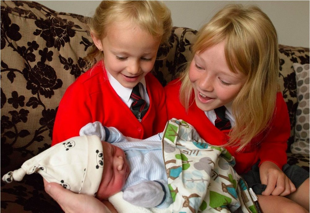 Children-see-their-newborn-siblings-for-the-first-time-7