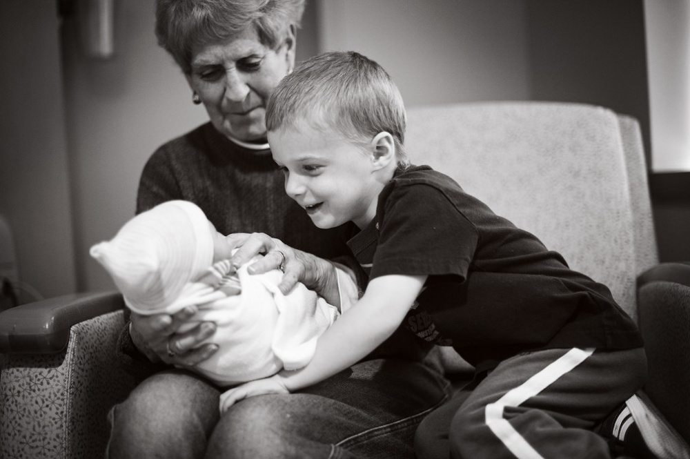 Children-see-their-newborn-siblings-for-the-first-time-9