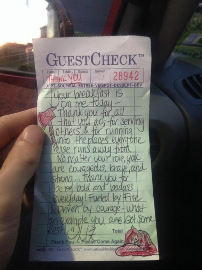 Men-asked-waitress-for-the-check-in-a-restaurant-but-instead-she-brought-them-a-note-3