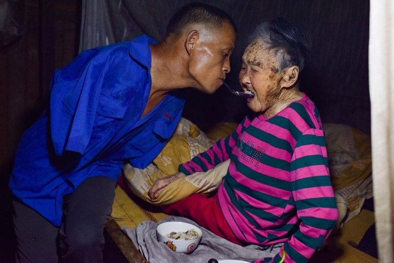 Disabled-man-with-no-hands-is-taking-care-of-his-paralyzed-mother-1
