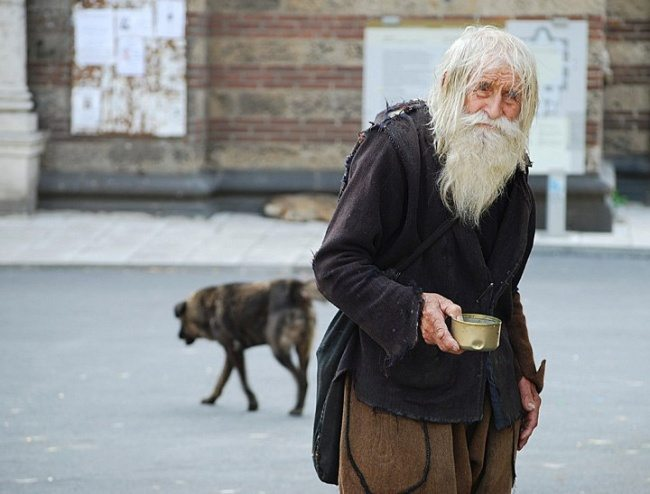 Every-day-this-old-man-collects-alms-2