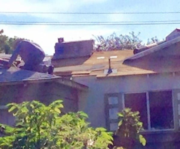 Man-posted-the-photo-of-his-retired-neigbour-repairing-the-roof-of-his-house-2
