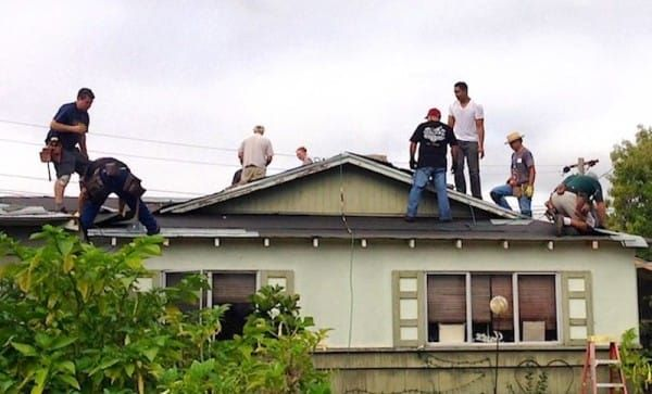 Man-posted-the-photo-of-his-retired-neigbour-repairing-the-roof-of-his-house-4