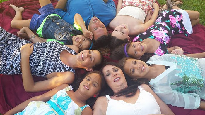 american-woman-adopted-four-daughters-best-friend-died-brain-cancer-1
