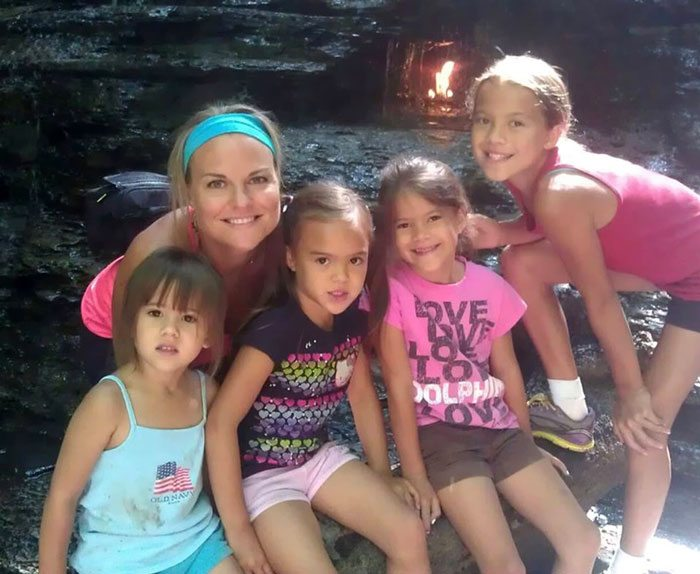 american-woman-adopted-four-daughters-best-friend-died-brain-cancer-2