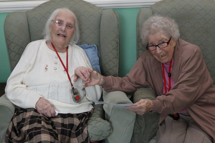 touching-meeting-best-friends-not-seen-80-years-conquered-internet-2