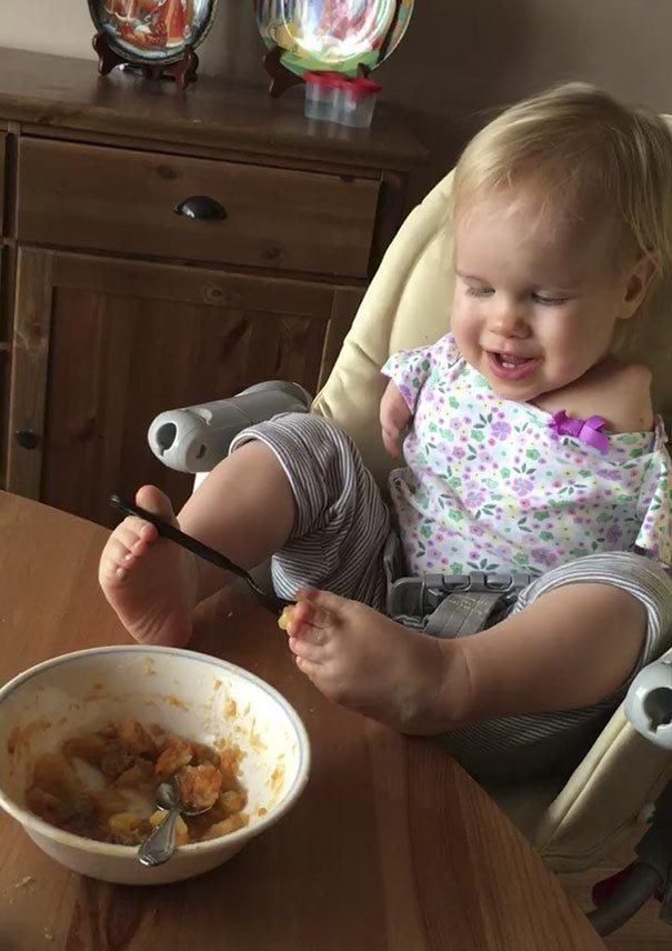 little-girl-not-know-word-limit-born-no-arms-learned-eat-feet-1