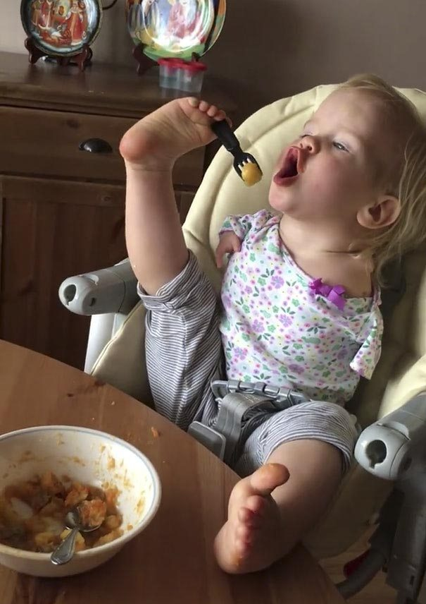little-girl-not-know-word-limit-born-no-arms-learned-eat-feet-2
