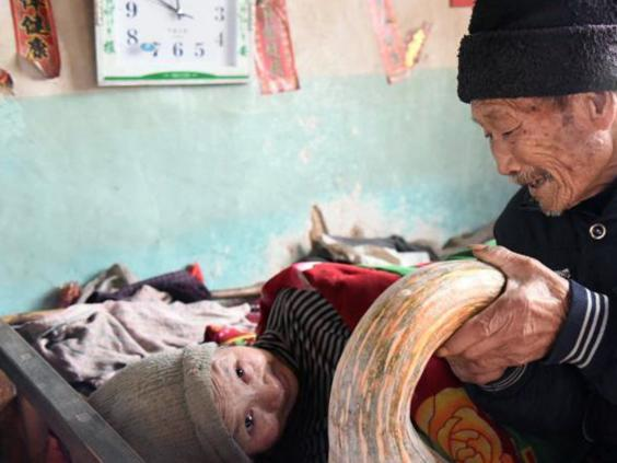 man-showed-world-word-love-really-means-taking-care-sick-wife-57-years-3