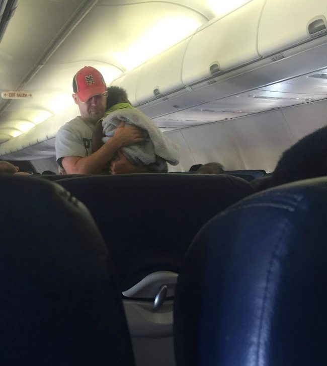 passengers-airplane-will-remember-flight-long-time-became-witnesses-touching-act