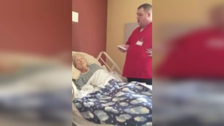 hospice-worker-sings-patient-trying-brighten-last-days-life