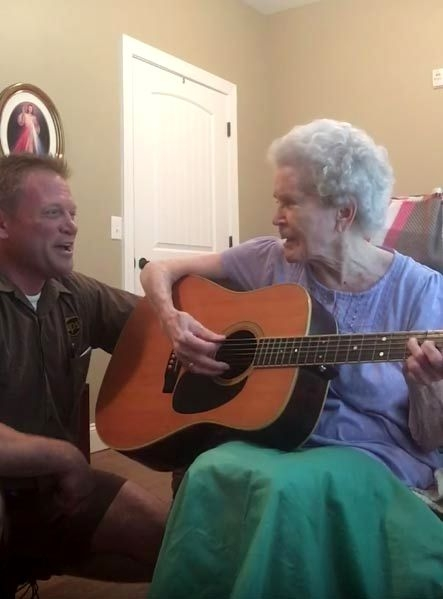 elderly-woman-alzheimers-disease-not-recognize-son-start-singing-together-1