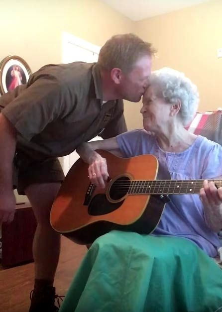 elderly-woman-alzheimers-disease-not-recognize-son-start-singing-together-2